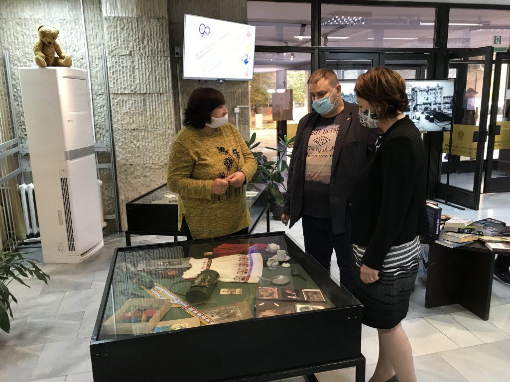 В навечерието на Деня на народните будители евродепутатът Емил Радев отново дари книги на варненската библиотека